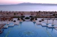 У отеля свой пляж протяженностью 700 м с одной стороны и.