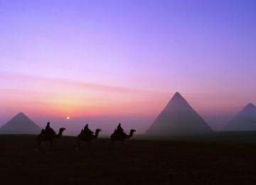 Ученик должен был приглядывать за верблюдом.  Ночью, сильно уставшие, прибыли они в караван-сарай.