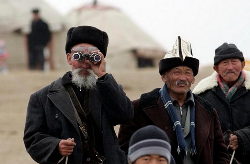 Из-за обвала рубля киргизы уменьшили переводы на родину на 25%
