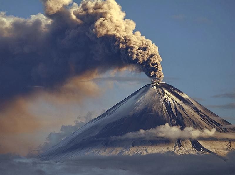 Исландия ждет извержения очередного вулкана, объявлен красный уровень опасности для авиации, туристов просят предупреждать