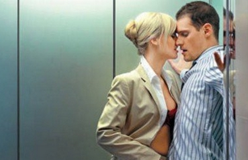 секс в лифте в деловом костюме