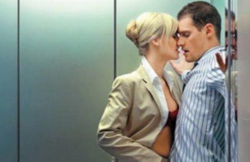 секс геев в лифте