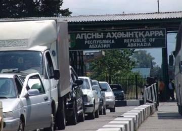 Тысячи российских туристов простаивают на границе с Абхазией