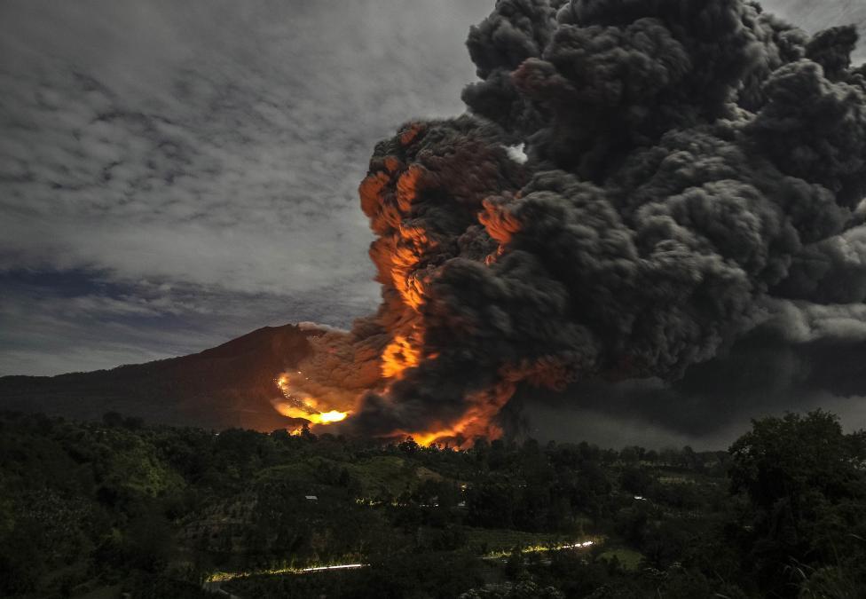 Наострове Суматра проснулся крупный вулкан: завораживающее видео