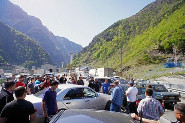 Награнице Северной Осетии сГрузией— шестичасовые пробки