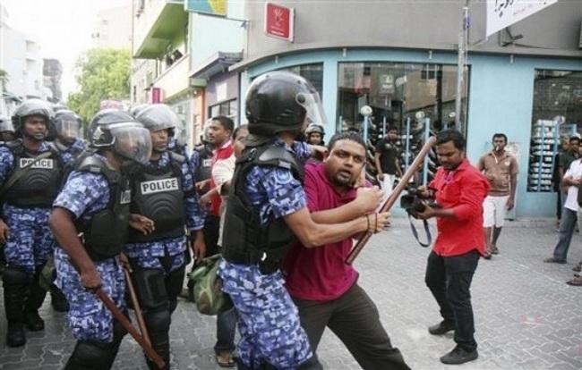 НаМальдивах силовики окружили парламент иарестовали 2-х оппозиционных депутатов