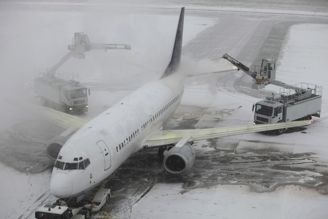 Более 60 рейсов задержано в Москве из-за снегопада