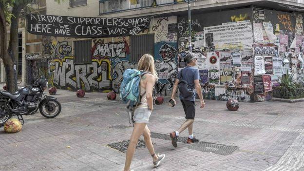 Airbnb возмутил греческих анархистов: туристов хотят выселить
