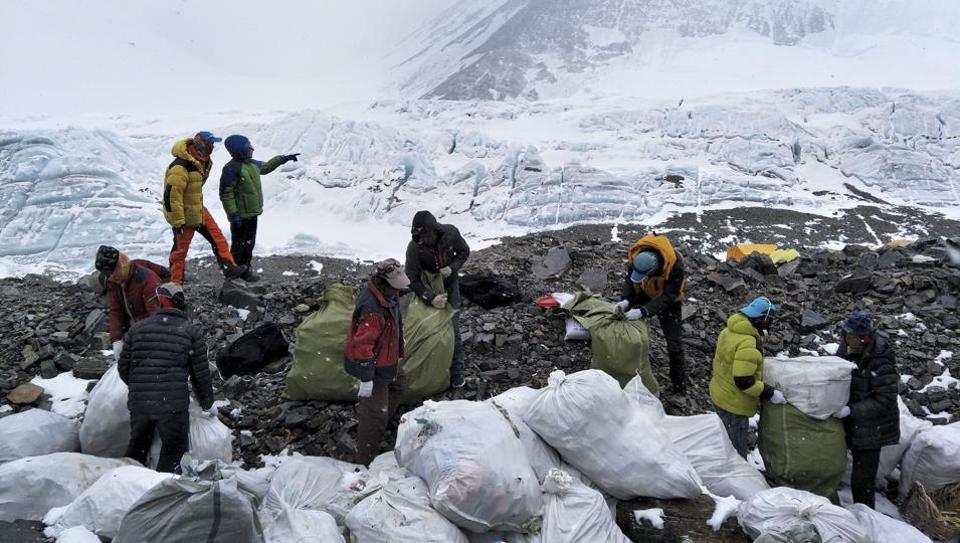 Эверест закроют для туристов, чтобы убрать за ними мусор
