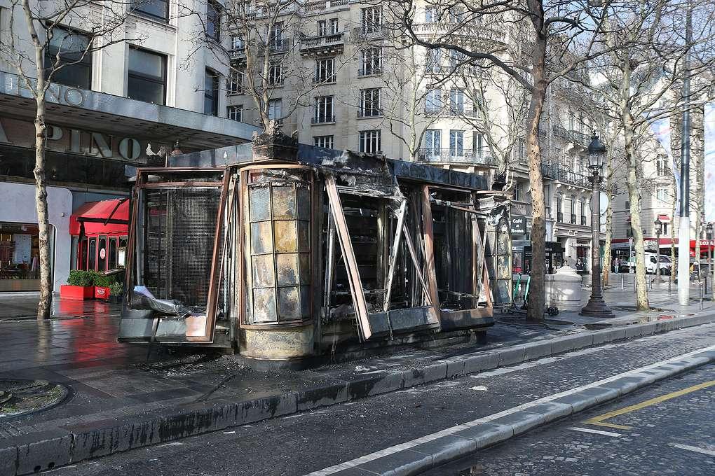 «Желтые жилеты» разгромили туристический центр Парижа
