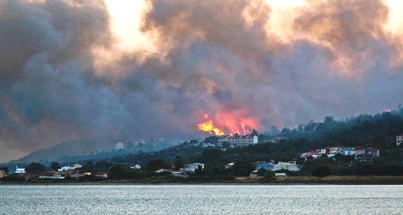 На греческом острове эвакуированы пять отелей и сотни туристов
