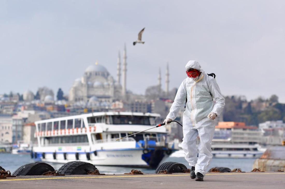 В Турции закрыли 30 городов и обязали жителей носить медицинские маски